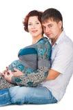 Lyckliga par som förväntar, behandla som ett barn isolerat på white Royaltyfri Fotografi