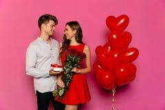 Lyckliga par som firar dag för St-valentin` s arkivfoton