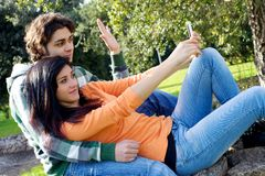 Lyckliga par som fotograferar med mobiltelefonen Royaltyfri Fotografi