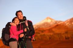 Lyckliga par som fotvandrar att tycka om se sikt Arkivbilder