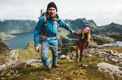 Lyckliga par som fotvandrar i Norge berg, älskar och reser royaltyfria foton