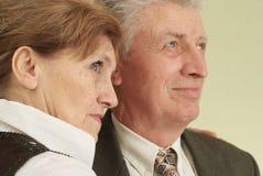 Lyckliga par som framåt plattforer och ser Royaltyfri Fotografi