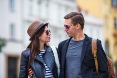 Lyckliga par som går i Europa Le vänner som tycker om cityscape med berömda gränsmärken Arkivfoto