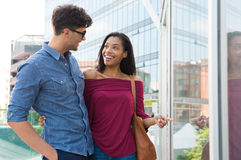 Lyckliga par som gör shopping Royaltyfria Bilder