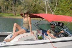 Lyckliga par som har deras ferier på fartyget Royaltyfri Foto
