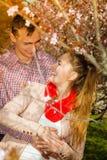 Lyckliga par som har det romantiska datumet parkerar in fotografering för bildbyråer