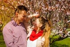 Lyckliga par som har det romantiska datumet parkerar in arkivbilder