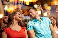 Lyckliga par som har gyckel på musikkonserten i klubba Royaltyfria Bilder