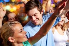 Lyckliga par som har gyckel på musikkonserten i klubba Fotografering för Bildbyråer