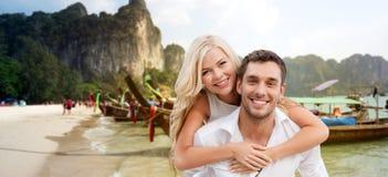 Lyckliga par som har gyckel på sommarstranden Arkivfoto