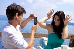 Lyckliga par som har gyckel som tar bilder Royaltyfria Bilder