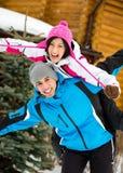 Lyckliga par som har gyckel under vinterferier arkivbilder