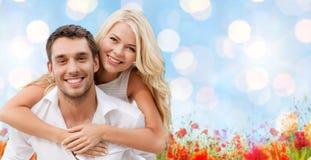 Lyckliga par som har gyckel över naturlig bakgrund Arkivfoto