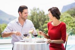 Lyckliga par som har mat Royaltyfri Fotografi