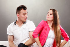 Lyckliga par som har roligt och omkring bedrar Royaltyfri Bild