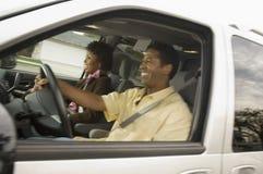 Lyckliga par som kör bilen Arkivfoton