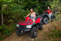 Lyckliga par som kör fyrhjulingar ATV royaltyfri foto