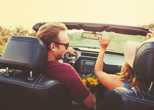 Lyckliga par som kör i cabriolet Royaltyfri Foto