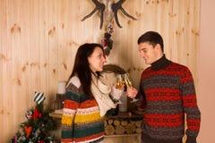 Lyckliga par som kastar Champagne Glasses Royaltyfria Bilder