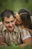 Lyckliga par som kopplar av i park Royaltyfria Foton