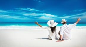 Lyckliga par som kopplar av på havet Seychellerna ? arkivbilder