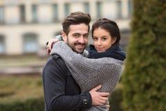 Lyckliga par som kramar i hösten, parkerar Arkivfoto