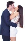 Lyckliga par som kramar och kysser Royaltyfri Bild