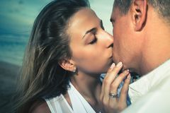 Lyckliga par som kysser på stranden, havssikt Resa på Bali Royaltyfria Foton