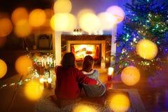 Lyckliga par som lägger undan en spis in på julhelgdagsafton Royaltyfri Bild