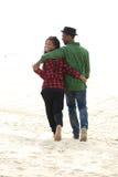 Lyckliga par som ler och går Royaltyfria Foton