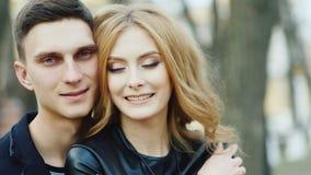 Lyckliga par som ler på kameran arkivfilmer