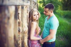Lyckliga par som ler på kameran i parkera Perfekt hår och Arkivfoton