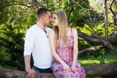 Lyckliga par som ler på kameran i parkera Perfekt hår och Royaltyfria Foton
