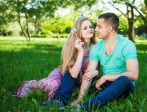 Lyckliga par som ler på kameran i parkera Perfekt hår och Royaltyfria Bilder