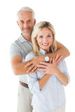 Lyckliga par som ler på kameran och att omfamna Arkivbilder