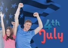 lyckliga par som lyfter deras armar för 4th juli Royaltyfria Bilder