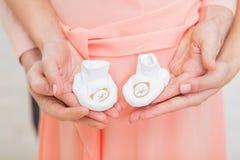 Lyckliga par som meddelar havandeskap royaltyfri fotografi