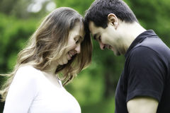 Lyckliga par som omfamnar förälskelse royaltyfri foto
