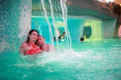 Lyckliga par som omfamnar i vatten, parkerar Royaltyfri Foto