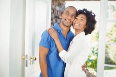 Lyckliga par som omfamnar och ser upp Arkivbilder