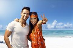 Lyckliga par som omfamnar på stranden Arkivfoton