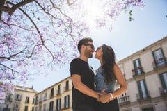 Lyckliga par som omfamnar se de i solljus Royaltyfri Fotografi