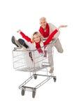 Lyckliga par som rör till omkring i shoppingspårvagn Royaltyfri Bild