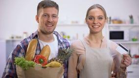 Lyckliga par som rymmer livsmedel och kontokortet, begrepp av den snabba online-leveransen stock video