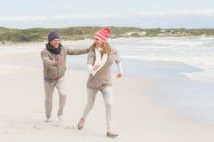 Lyckliga par som rymmer sig Royaltyfria Bilder