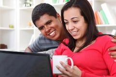 Lyckliga par som ser bärbar dator Royaltyfria Foton