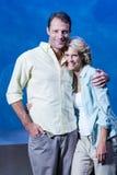 Lyckliga par som ser kameran bredvid fiskbehållaren Royaltyfri Bild