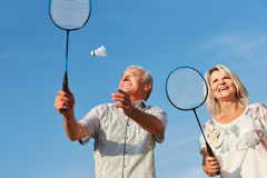 Lyckliga par som spelar badminton Royaltyfria Bilder