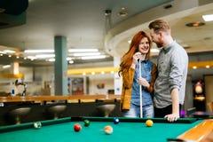 Lyckliga par som spelar snooker Arkivfoton