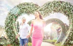 Lyckliga par som spenderar tid i en parkera royaltyfria foton